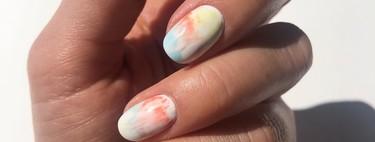 Cómo hacerte la manicura tie dye en casa en 5 pasos y dejar a todos locos con tu maña con el nail art (con vídeo)