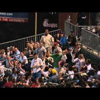 Los padres y sus reacciones al ver venir una pelota de béisbol en el campo