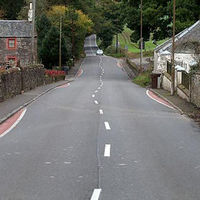 Este pueblo ha pintado líneas curvas en una carretera recta y hay una razón