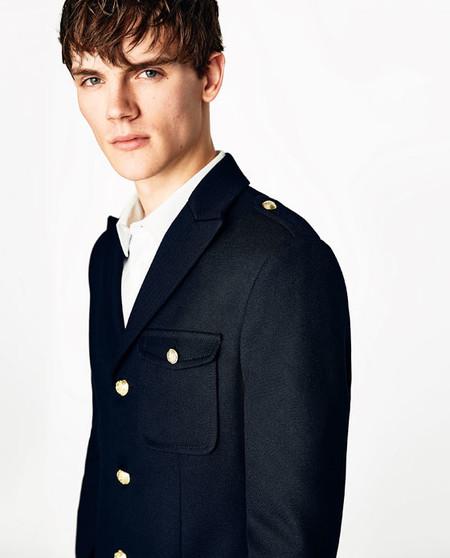 Inspirados en los uniformes náuticos, Zara presenta sus infalibles chaquetas para el verano