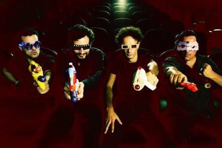 Los cuatro integrantes de Trash entre amigos