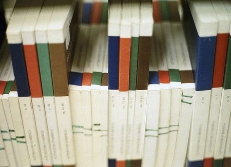 Revistas científicas en la biblioteca de alguna facultad