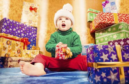 ¿Aburridos de abrir paquetes? Por qué tener muchos regalos no beneficia a los niños
