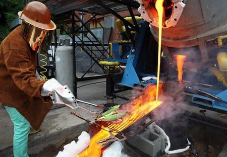 El carbón y la madera son para novatos, yo cocino mi barbacoa sobre lava ardiendo