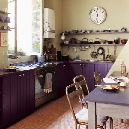Puertas abiertas: una cocina en color púrpura