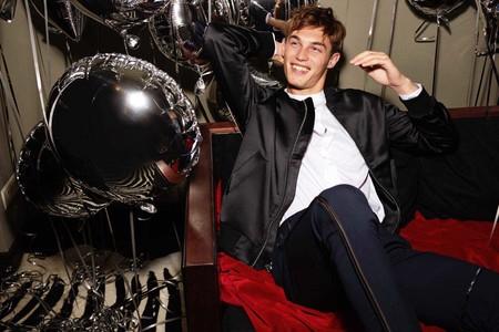 H&M nos viste de fiesta con mucho satén en los looks más cool y dinámicos para navidad