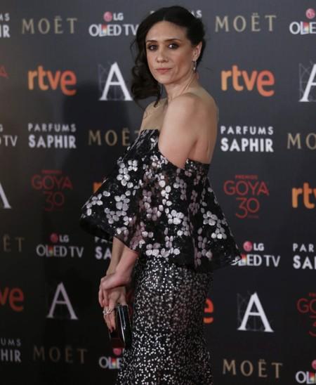 María Botto se apunta a la tendencia de enseñar hombros en la alfombra roja de los Premios Goya 2016