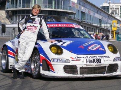 Sabine Schmitz nos deja con la boca abierta rodando con su Porsche GT3 bajo la lluvia de Nürburgring