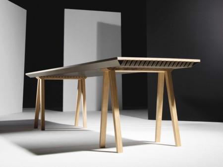 En esta habitación quien regula la temperatura es una simple mesa, no el aire acondicionado
