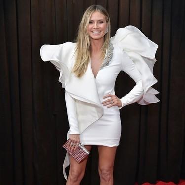 Heidi Klum apuesta por un minivestido repleto de volumen en los Premios Grammy 2019
