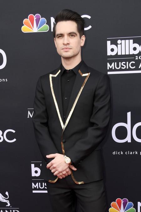 Brendon Urie apuesta por la sofisticación del negro en la alfombra roja de los premios Billboard
