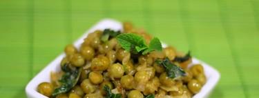 Guisantes a la menta, la guarnición sencilla que también te sirve de plato único para una cena ligera y saludable
