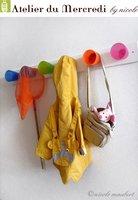 Un perchero hecho en casa con mucho colorido