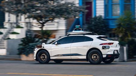 """El nuevo sistema autónomo de Waymo cuesta la mitad que el anterior y dice """"ver"""" señales a medio kilómetro"""