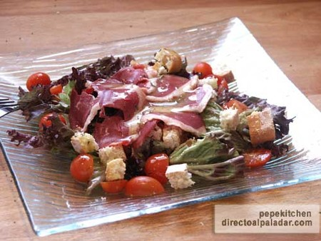 Receta de ensalada de lollo rosso con jamón de pato