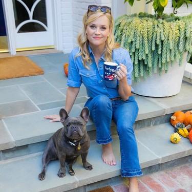 Reese Witherspoon nos demuestra cómo los básicos son la clave para vestir a diario