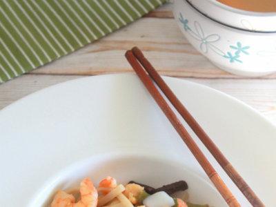 Wok de noodles udon con sepia y langostinos. Receta oriental