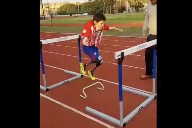 Griezmann aplaude la fuerza de Manu, un niño de 9 años deportista, con prótesis en las piernas