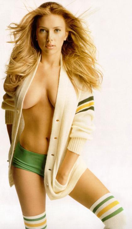 Scarlett Johansson hace yoga... ¡en pelotas!