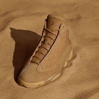 Las Air Jordan 13 Retro Wheat en un elegante color dorado por el sol