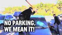 Video: activistas castigan a malos conductores