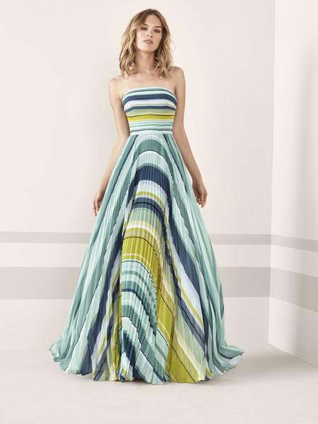 ab405512b La nueva colección mantiene sus clásicos diseños sirena pero innova con  vestidos mucho más juveniles