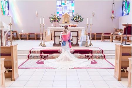 Las preciosas fotografías de una novia, porteando a su hija durante su boda