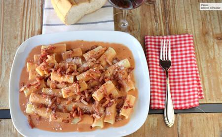 Macarrones con bacon tostado y salsa aurora, la receta más cremosa de pasta que puedes preparar en menos de 30 minutos