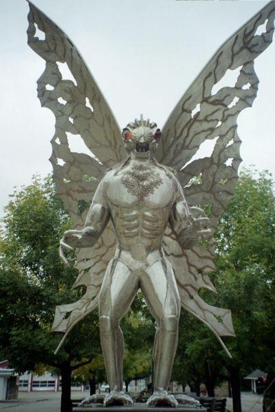 Estatua del Hombre Polilla en Point Plaseant