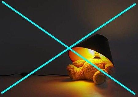 Mutilan un osito de peluche para diseñar una lámpara