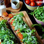 Llesca de tomate, mozarella y rúcula. Receta fácil y rápida