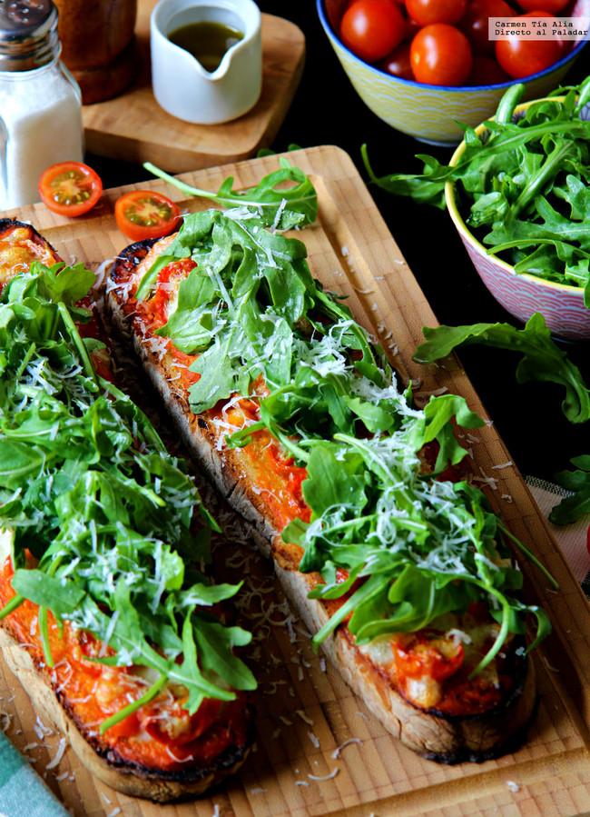 Llesca de tomate, mozarella y rúcula