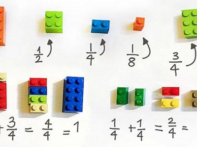 Una maestra enseña matemáticas a sus alumnos usando piezas de LEGO