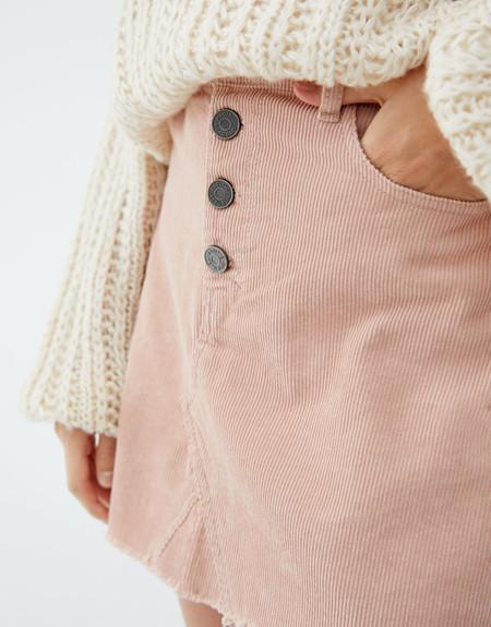 Esta falda de botones es la perfecta 24/7 de este otoño y la tienes por 15,99 euros