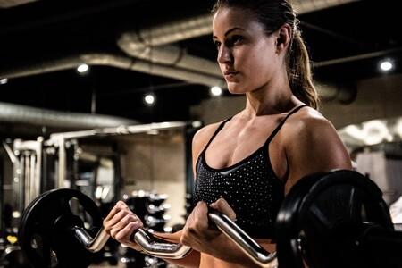 """Sven Mieke Euwd039svug UnsplashEl ejercicio, el compañero perfecto Una dieta acompañada de un entrenamiento acorde puede ser el combo de la efectividad para perder peso. En Vitónica descubrimos que """"si bien las dietas con mayor proporción de proteínas se han demostrado ventajosas al momento de adelgazar respecto a dietas compuestas por otra proporción de nutrientes, un estudio realizado en mujeres obesas señala que si estas se acompañan de ejercicio los beneficios son mayores"""".  Si seguimos una correcta rutina de entrenamiento se logran mejoras en la composición corporal y en parámetros metabólicos. Por lo tanto, si queremos potenciar los efectos positivos de la dieta proteica es aconsejable realizar ejercicio regular como complemento de la misma."""