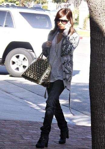 Ashley Tisdale y su bolso Monogram Miroir Alma Gold de Louis Vuitton