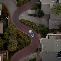 El Autopilot de Tesla más avanzado, a prueba en este vídeo por una de las calles más tortuosas y complicadas del mundo