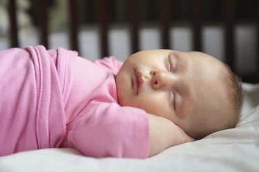 Consejos y precauciones para evitar que tu hijo se caiga de la cama