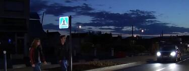 """Los pasos de peatones """"inteligentes"""" se extienden por España: así alertan a los conductores cuando una persona se acerca"""