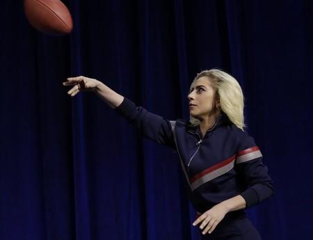 Lady Gaga saca su lado más patriótico y deportivo en la conferencia de prensa de la Super Bowl
