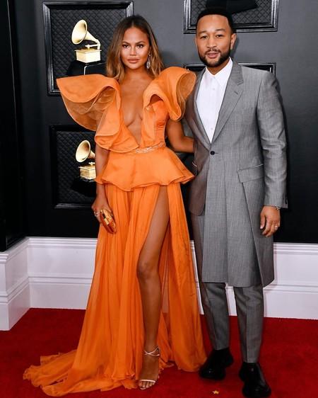 Chrissy Teigen se convierte en una de las protagonistas de los Premios Grammy 2020 por su vestido de color naranja (y volantes extremos)
