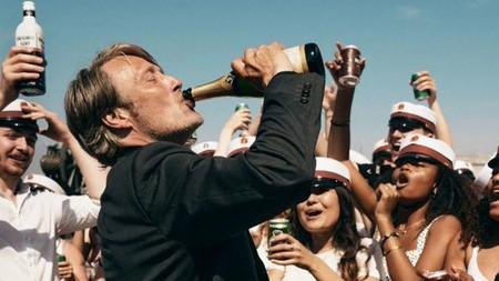 Tráiler de 'Another Round': Mads Mikkelsen decide estar borracho en todo momento en su nueva película con el director de 'La caza'