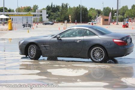 Conducción sobre asfalto mojado