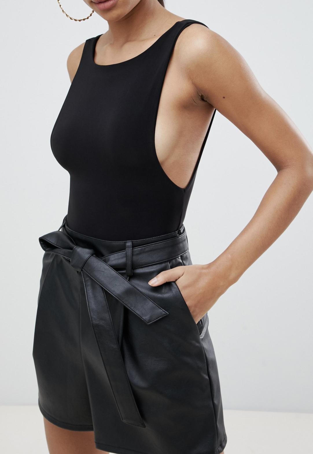 Pantalones cortos de efecto cuero con cintura paper bag de ASOS DESIGN Tailored