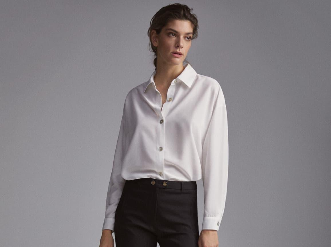 Camisa oversize de cuello solapa De manga caida y larga acabada en puño. Cierre frontal con botones.