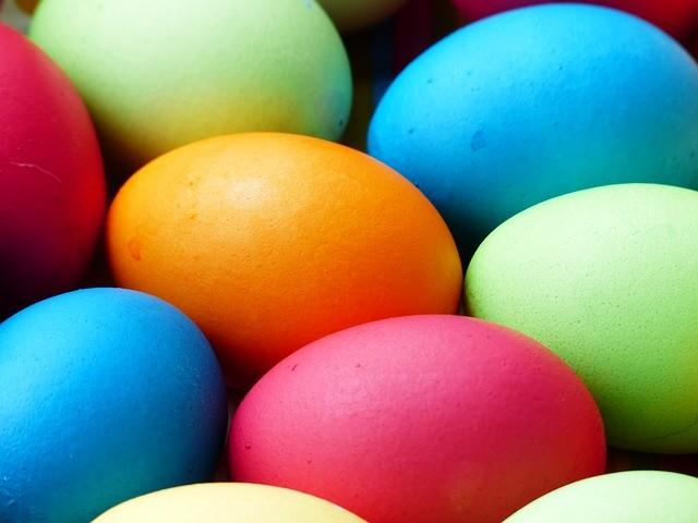 Huevos de Pascua de colores.