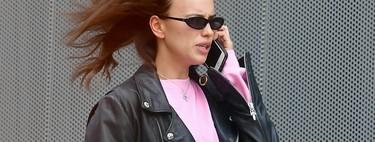 Irina Shayk tiene el look comfy perfecto para estos días: sudadera y leggings con un toque rockero