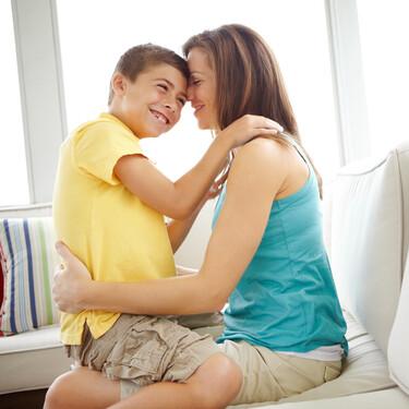 Por qué sigo acurrucando a mis hijos, aunque casi no quepan en mi regazo