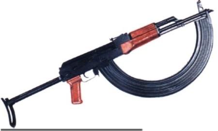 fusil Kalashnikov AK-47 con cargador para 100 balas calibre 7,62 mm
