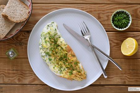 Tortilla de claras a las finas hierbas: receta ligerísima, esponjosa y crujiente, rica en proteínas